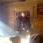 Иерей Александр проводит беседу с паломниками