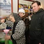 """Все желающие смогли набрать крещенской воды. Фото В. Поршнева, газета """"Корабел"""", ОАО """"ПО """"Севмаш"""""""