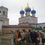 Молебен у поклонного креста служит наместник Никольского собора иерей Александр Шестаков.