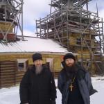 Благочинный Северодвинска иерей Сергий Ермаков и иерей Александр Шестаков в Куртяево 30 марта 2014 года.
